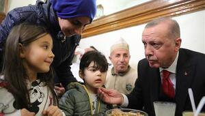 Cumhurbaşkanı Erdoğan vatandaşlarla boza içti