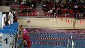 Vanda miniklerin yüzme yarışması heyecanı
