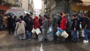 İzmirde yağmur altında su kuyruğu