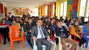 Lise öğrencileri, vatan şairi Namık Kemali andı