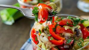 Yılbaşı menünüze çok yakışacak rengarenk salata tarifleri