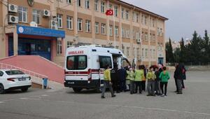 Adıyamanda 9 öğrenci zehirlenme şüphesiyle hastaneye götürüldü
