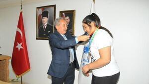 Akşehir Belediye Başkanı, başarılı sporcuya altın hediye etti