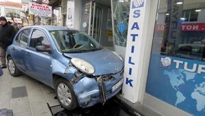 Kontrolden çıkan otomobil işyerine çarptı