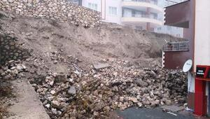 Besnide yağmur nedeniyle 7 katlı binanın istinat duvarı çöktü