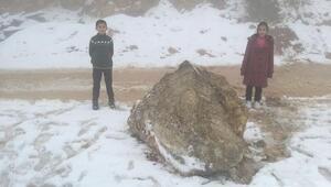 Sokak ortasına kaya parçası düştü