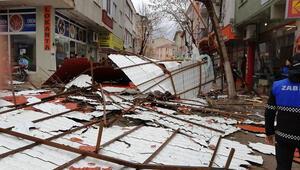 Bigada fırtına nedeniyle 5 katlı binanın çatısı uçtu
