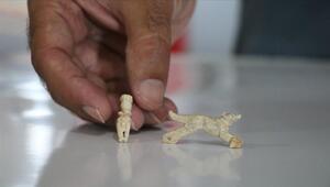 Assosta 1600 yıllık insan ve hayvan figürlü iki kolye ucu bulundu