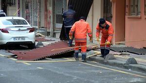 Meteoroloji uyarmıştı, İstanbulu fırtına vurdu Esenlerde çatıdan uçan parçalar araçların üzerine düştü