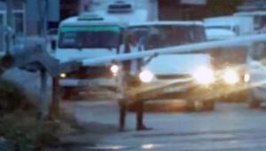 Hemzemin geçitteki bariyeri söküp yolcu minibüsünü raylardan geçiren sürücüye ceza