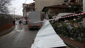 Kağıthanede lastik değiştiren kişinin üstüne istinat duvarı yıkıldı