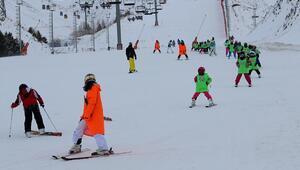 Minik kayakçılar Palandökende özenle eğitiliyor
