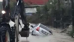 Otomobil, sel suları arasında ilerlerken hendeğe düştü