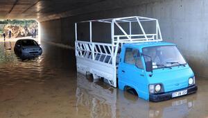 Su dolan alt geçitte araçlarıyla mahsur kalan çift kurtarıldı
