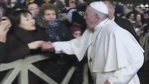 Dünyanın konuştuğu görüntü Ve Papa özür diledi...