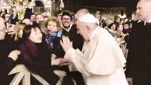 Papa elini bırakmayan kadının eline vurdu