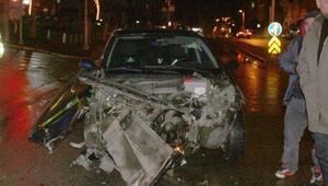 Çarpışan iki otomobil hurdaya döndü