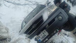 Ordu'da buzlanma nedeniyle araçlar yolda kaldı, 2 araç devrildi