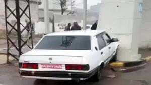 Çaldıkları aracın plakasını Evleniyoruz yazısıyla kapattılar, kaçarken kaza yaptılar