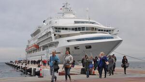 Kuşadası Limanına 665 turist getiren kruvaziyer 120 ton yakıt aldı