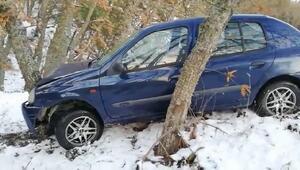 Buzla kaplanan yolda kayan otomobil ağaca çarptı