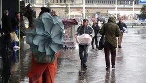 Taksim'de şemsiyelerle savaş