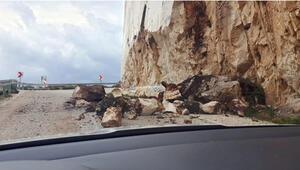 Dağdan kopan kaya parçaları, yola düştü