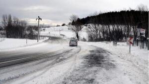Kırklareli'nin yüksek kesimlerinde kar etkili oldu; 24 köy yolu kapalı