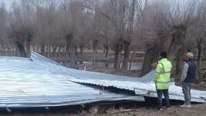 Aksaray'da rüzgar, ağılın çatısını uçurdu