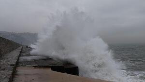 Zonguldak'ta dev dalgalar 7 metrelik istinat duvarını aştı