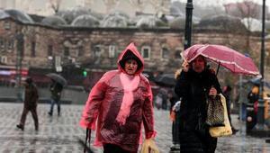 Turistler rüzgara karşı şemsiyelerini kalkan yaptı