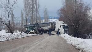 Çelikhan'da buzlanan yolda kayan TIR yolu trafiğe kapattı