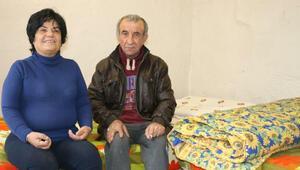 Tek odada yaşam mücadelesi veren engelli çifte yardım