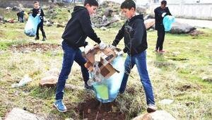 Öğrenciler ve belediye meclis üyeleri önce temizlik, sonra mangal yaptılar