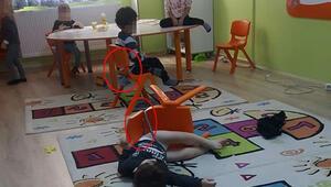 Son dakika haberler: Fotoğrafı gören baba isyan etti İkizleri anaokulunda sandalyeye bağlamışlar