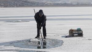 Çıldır Gölünde Eskimo usulü balık avlıyorlar