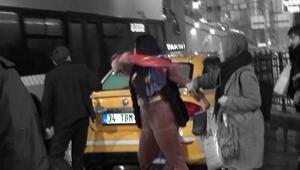 Taksim'de taksici ile kadın turistin şemsiye ve tekmeli kavgası kamerada