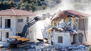Demrede sit alanına yapılan 4 kaçak villa yıkıldı