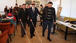 Gözlerini kapatıp, görme engellilerle empati yaptılar