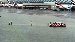 Sel hayatı felç etti Havaalanını su bastı