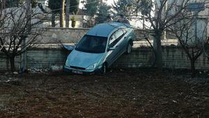 Otomobil bahçe duvarını aşıp askıda kaldı