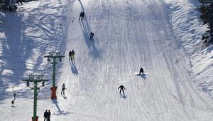 Salda Gölü manzaralı kayak merkezinde hafta sonu yoğunluğu