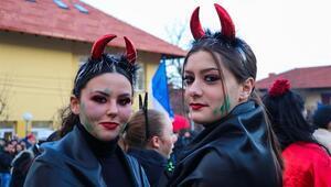 Kuzey Makedonyada renkli karnavalı: Vevçani