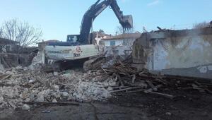 Yenişehir'de atıl durumda olan okul binası yıkıldı