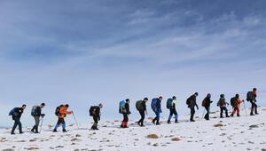 Van Gölü için 3 bin 395 rakımlı Vavira Dağına zirve tırmanışı