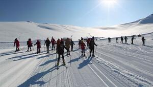 Kar kentinin çocukları 2 bin 800 rakımda kayak öğreniyor
