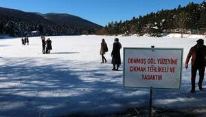 Gölcükte buz tutan gölün üzerinde tehlikeli yürüyüş
