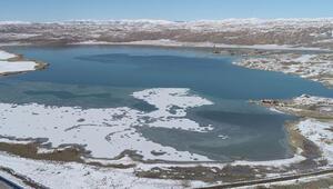 Sivasın en büyük gölü kısmen dondu