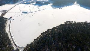 Topuk Yaylasındaki göletin yüzeyi buz tuttu