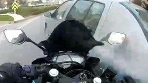 Büyükçekmece'de motosikletli aniden yola çıkan otomobile çarptı,otomobil sürücüsü kaçtı